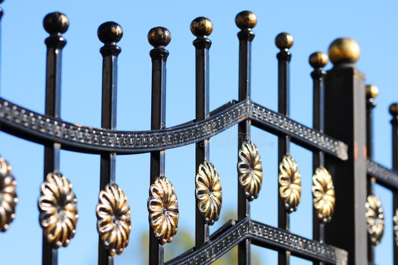 Cerca labrada hermosa Imagen de una cerca decorativa del arrabio  Cerca del metal foto de archivo