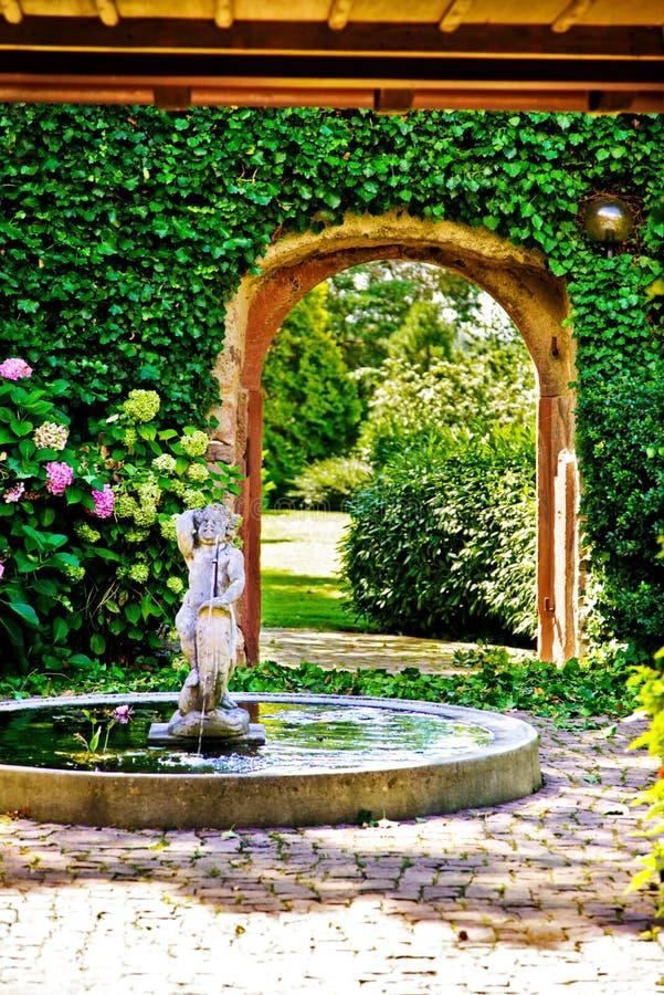 Cerca luxuosa do jardim foto de stock royalty free