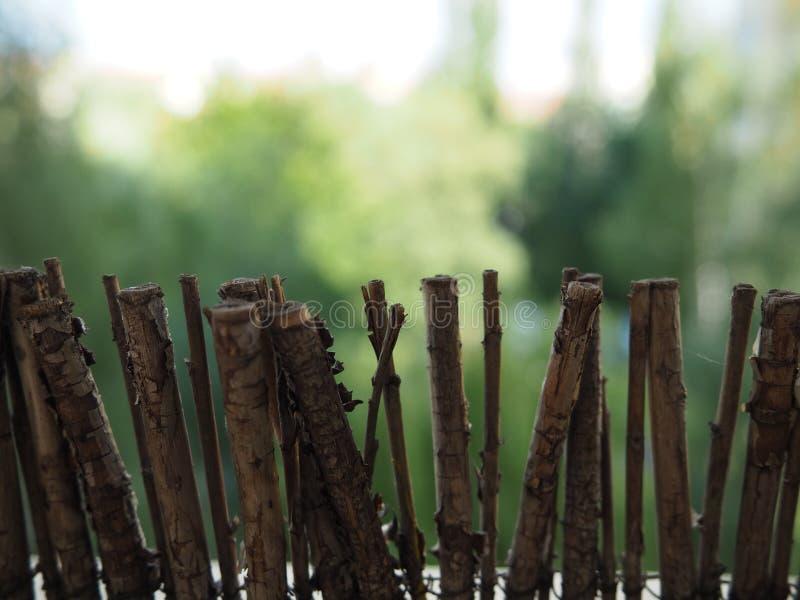 Cerca marrom de madeira da decoração pequena do jardim imagem de stock