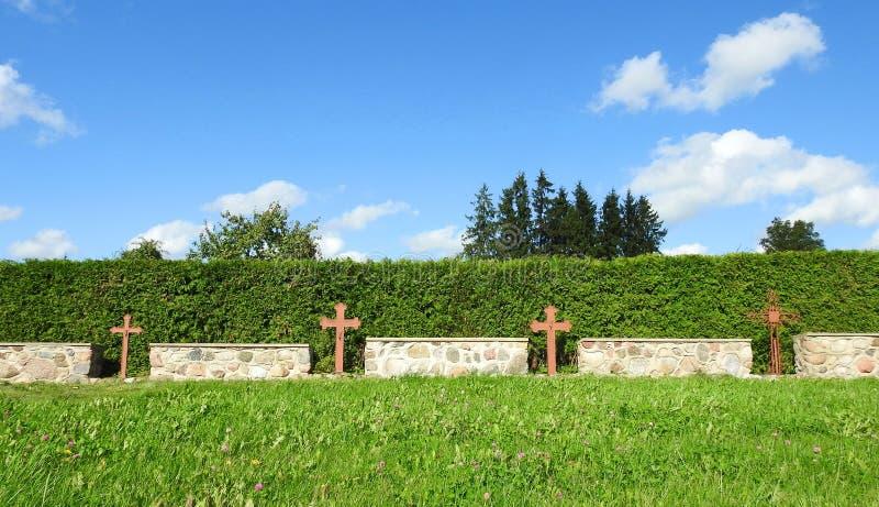Cerca metálica das cruzes no cemitério foto de stock royalty free