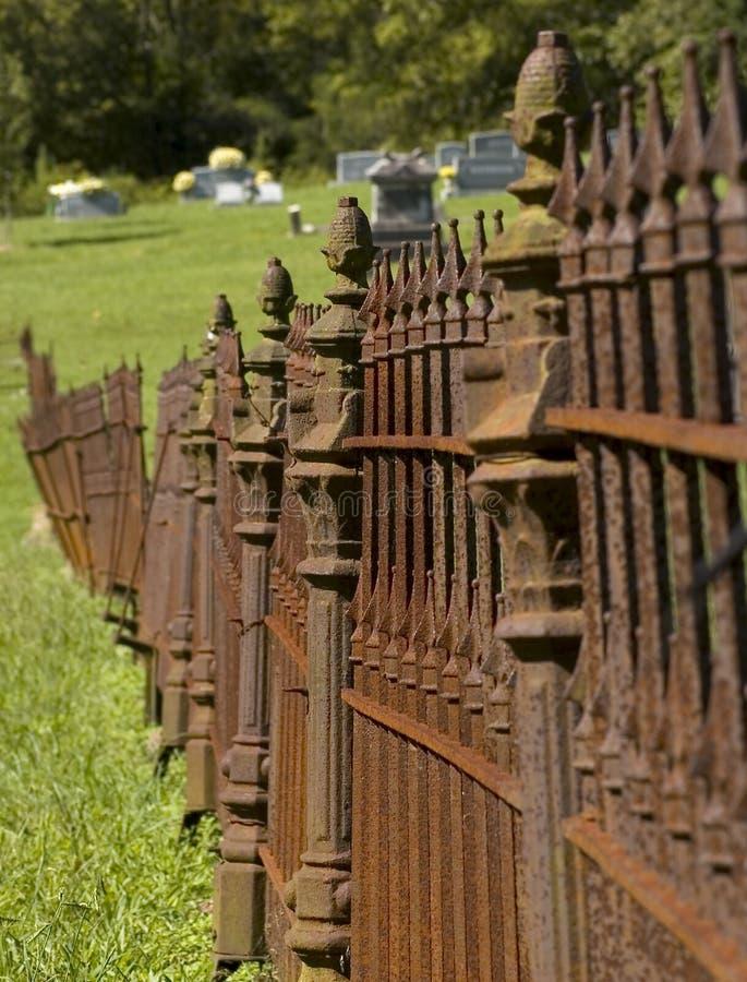 Cerca oxidada do cemitério do ferro foto de stock