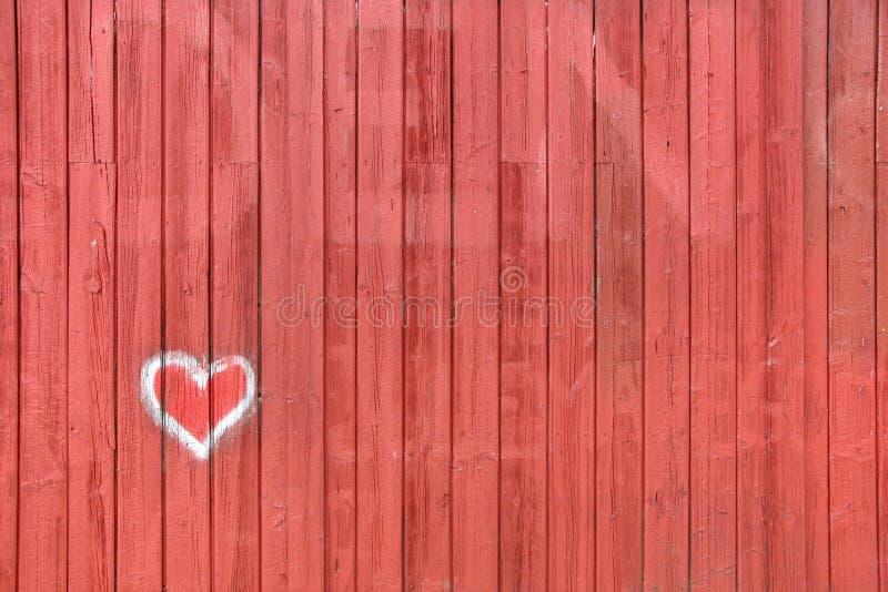 Cerca/parede vermelhas com desenho do coração imagens de stock royalty free