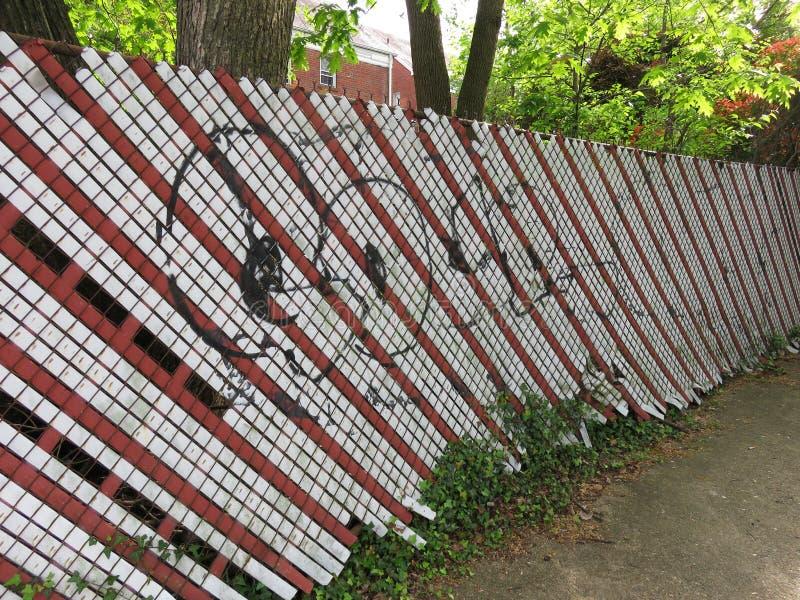 Cerca rayada de la vecindad fotos de archivo