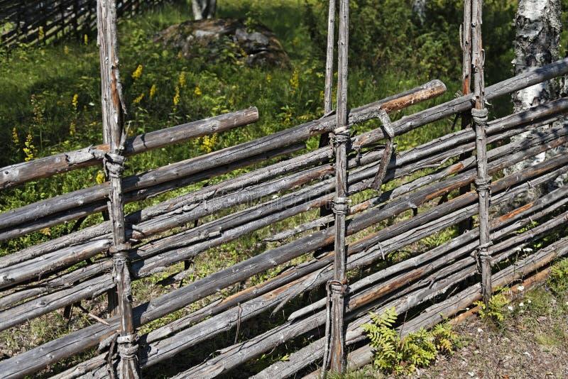 Cerca tradicional velha do fazendeiro feita do vidoeiro fotografia de stock royalty free