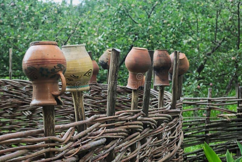 Cerca ucraniana autêntica com jarros da argila fotografia de stock