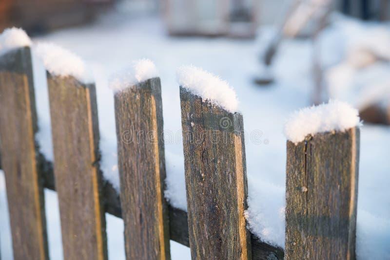 Cerca vieja de madera con nieve Invierno fotografía de archivo