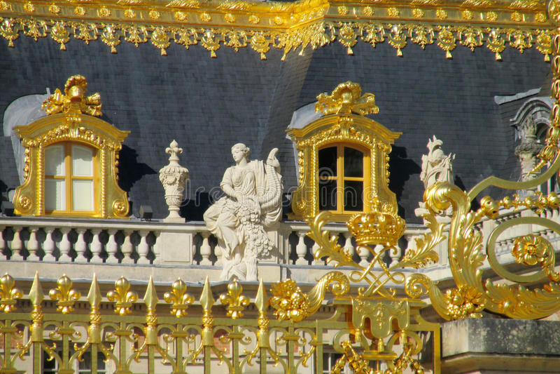 Cerca y estatuas de oro en el tejado del palacio de Versalles fotos de archivo libres de regalías