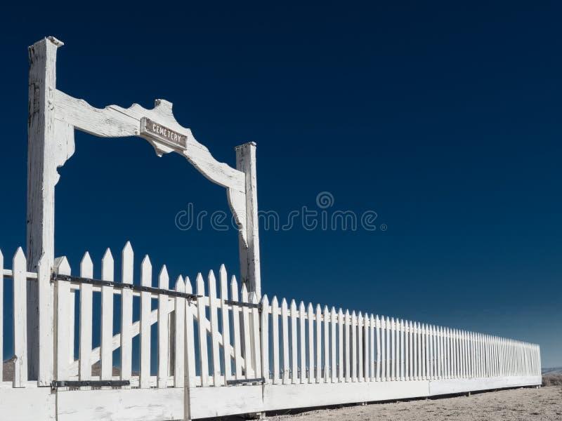 Cerca y puertas del cementerio fotografía de archivo