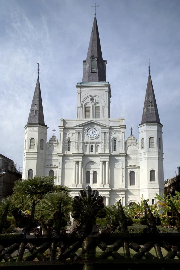 Cerca y santo Louis Cathedral del hierro labrado en New Orleans fotografía de archivo