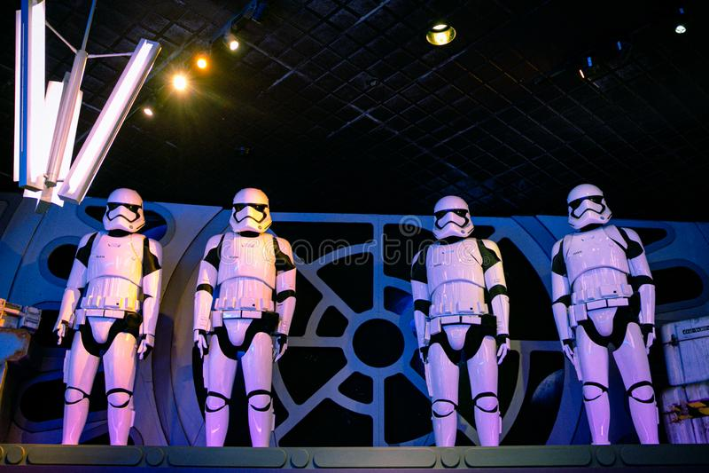 Cercado por Stormtroopers de primeira ordem Disneylândia, CA fotografia de stock