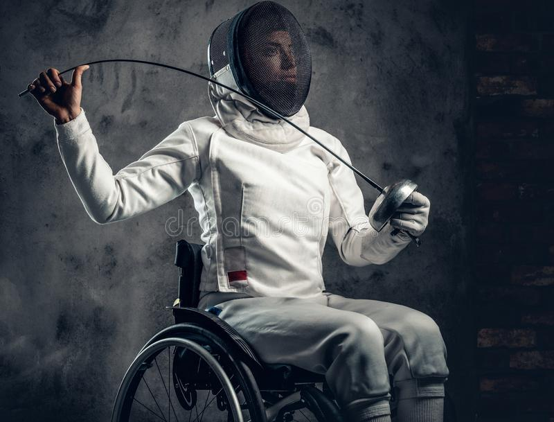 Cercador de sexo femenino en silla de ruedas imagen de archivo libre de regalías