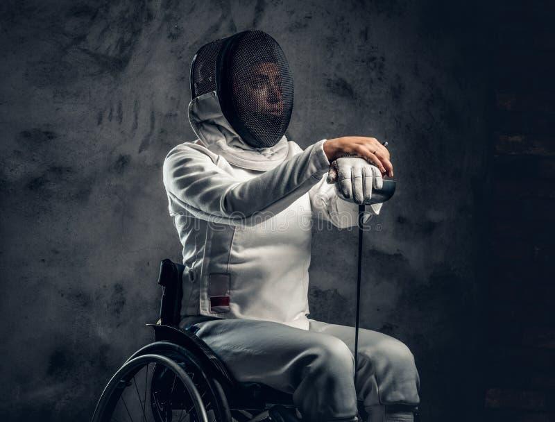 Cercador de sexo femenino en silla de ruedas imágenes de archivo libres de regalías