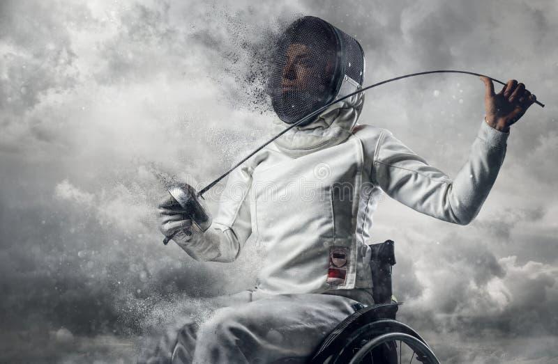 Cercador de sexo femenino en silla de ruedas con la máscara de la seguridad de una cara que sostiene el estoque foto de archivo