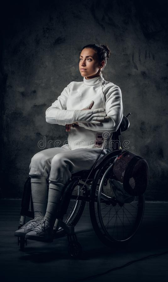 Cercador de sexo femenino en silla de ruedas con la máscara y el estoque de la seguridad fotos de archivo libres de regalías