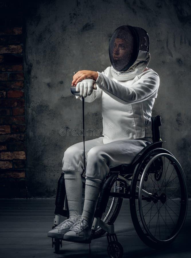 Cercador de sexo femenino de Paralympic en silla de ruedas imagen de archivo