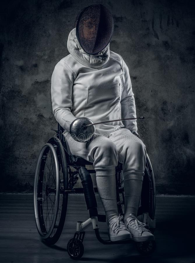 Cercador de sexo femenino de Paralympic en silla de ruedas foto de archivo