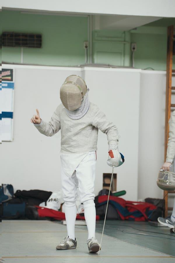 Cercador joven del adolescente en el traje blanco y la máscara protectora fotos de archivo libres de regalías