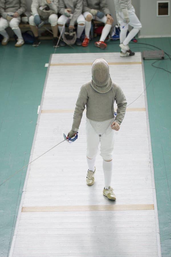 Cercador joven del adolescente en el traje blanco y la máscara protectora imagenes de archivo