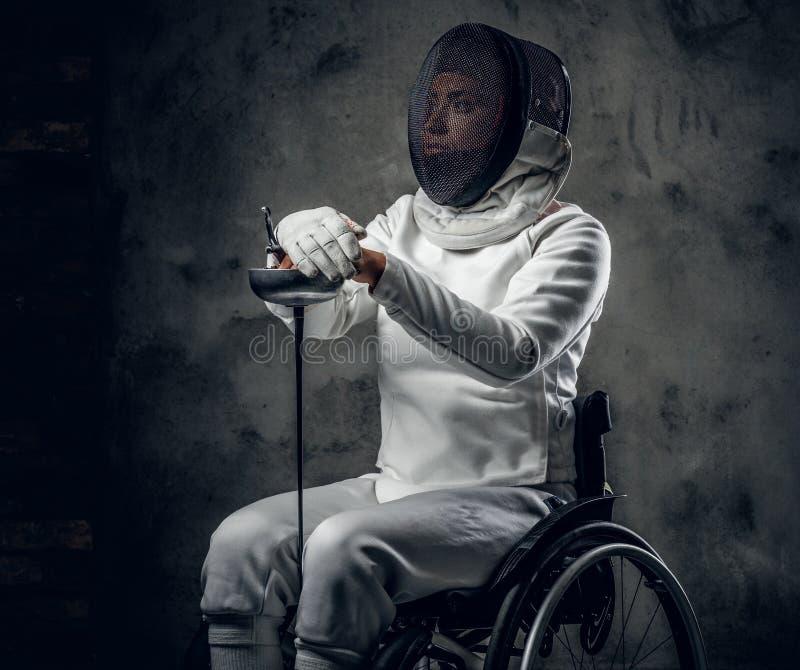 Cercador paralympic de sexo femenino de la silla de ruedas imagen de archivo