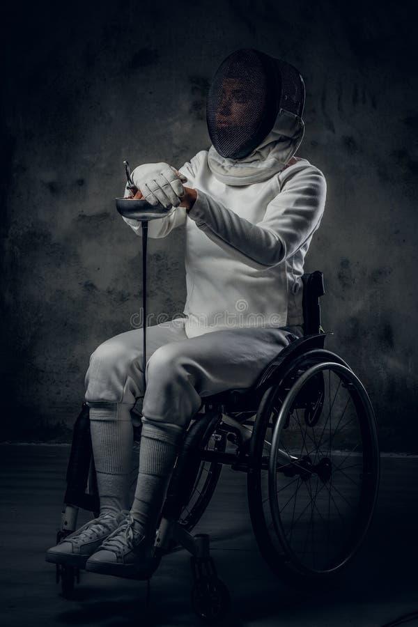 Cercador paralympic de sexo femenino de la silla de ruedas fotos de archivo