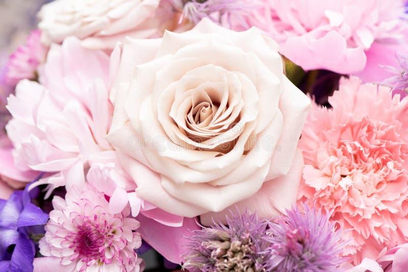 Cercanía de hermosas flores de rosas y crisantemos en un ramo para las vacaciones imagenes de archivo