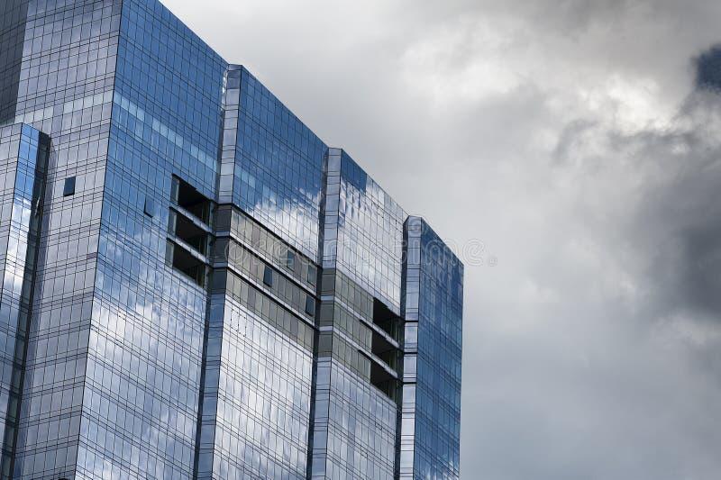 Cercando i grattacieli ed i cieli fotografia stock