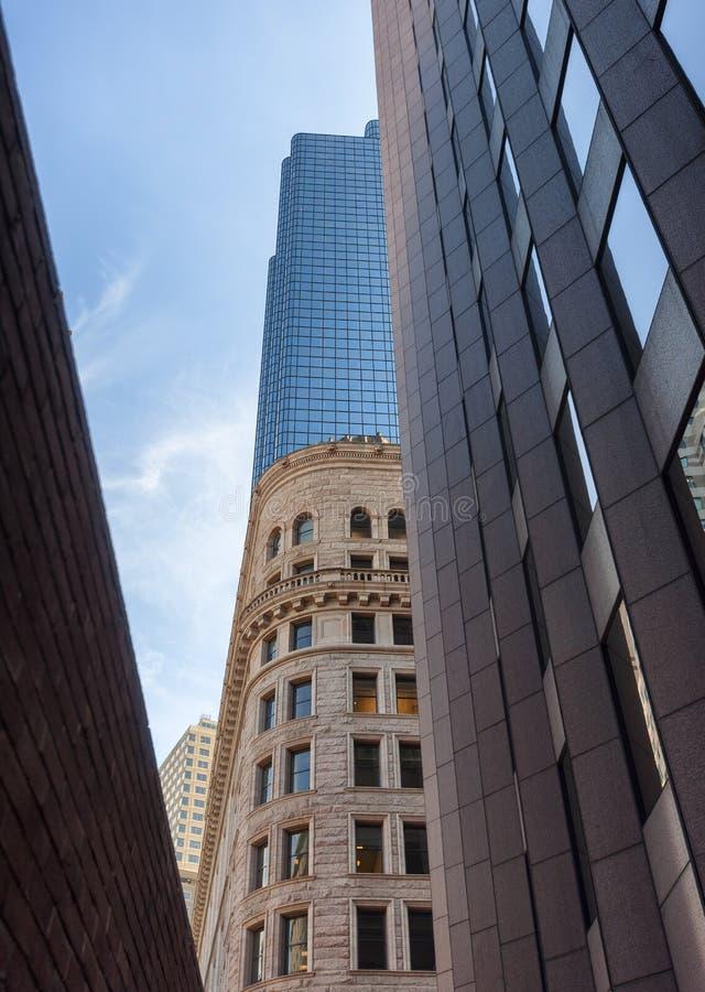 Cercando i grattacieli ed i cieli immagine stock libera da diritti