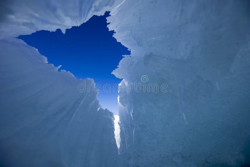 Cercando il cielo in caverna di ghiaccio antartica immagine stock libera da diritti