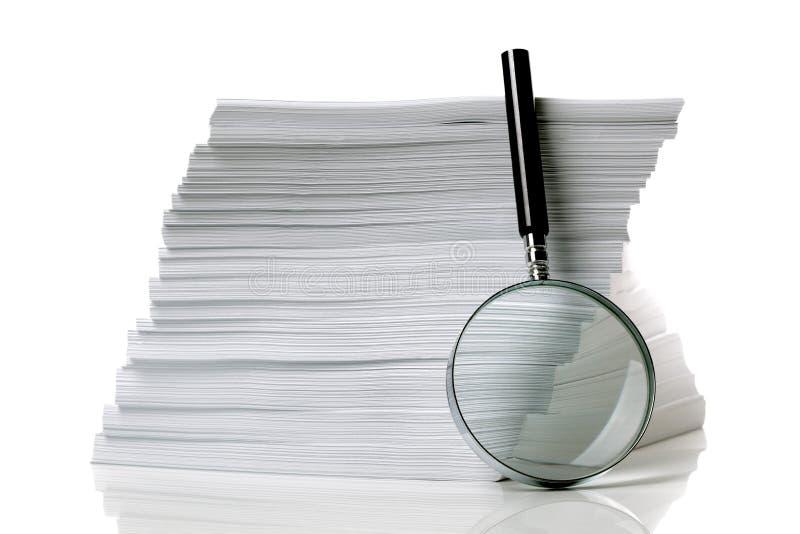 Cercando il documento fotografie stock