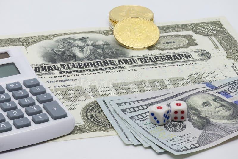 Cercando l'investimento perfetto - Bitcoin, azione o contanti fotografia stock libera da diritti