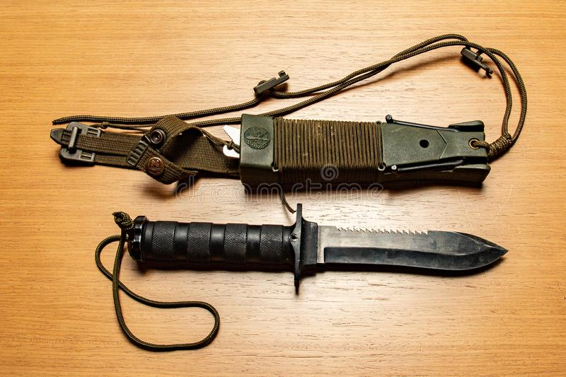 Cercando o coltello di pesca immagine stock