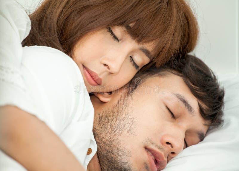 cercano para arriba de pares felices asiáticos jovenes en el amor que miente junto en cama sueño Relájese romántico foto de archivo