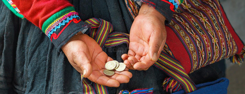 Cercano para arriba de tejer y de cultura en Perú Cusco, Perú: mujer vestida en la tenencia cerrada peruana nativa tradicional co fotos de archivo