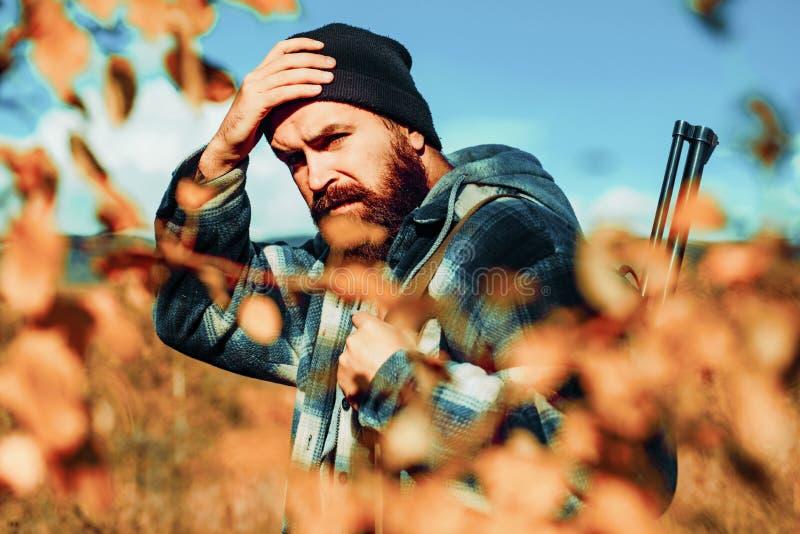 Cercare bracconiere in Forest Hunter con la pistola del fucile da caccia sulla caccia Equipaggiamento da caccia e abbigliamento c fotografia stock libera da diritti