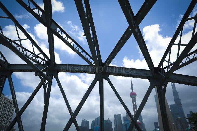 Cercare il ponte del giardino di Shanghai di medievale fotografie stock libere da diritti