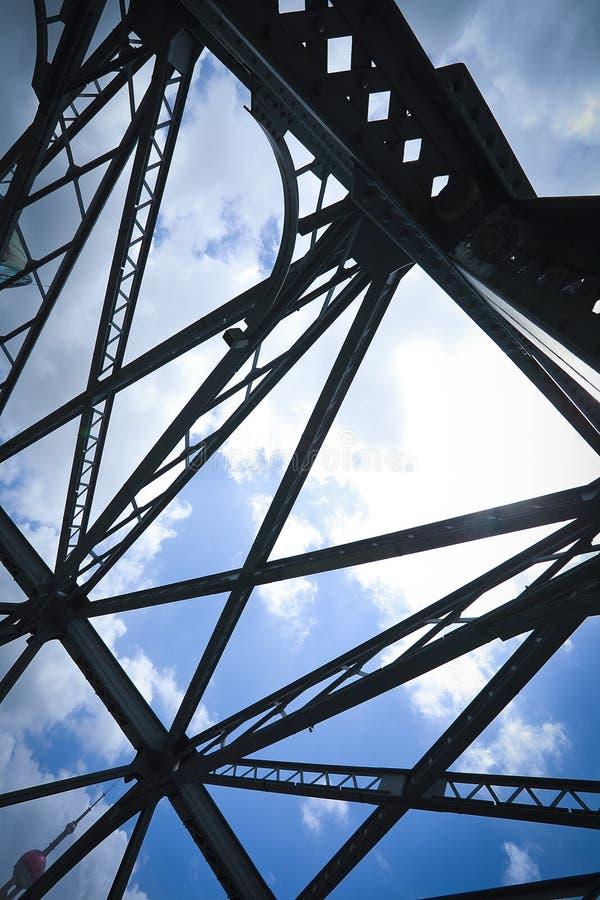 Cercare il ponte del giardino di Shanghai di medievale fotografia stock libera da diritti
