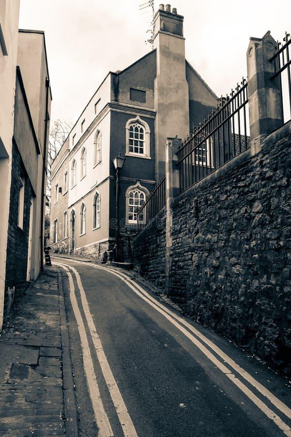 Cercare il vicolo più basso della chiesa in Bristol immagine stock