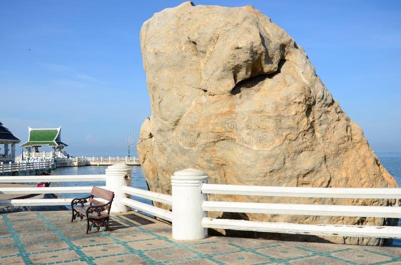 Cercas brancas e pedra grande imagens de stock royalty free