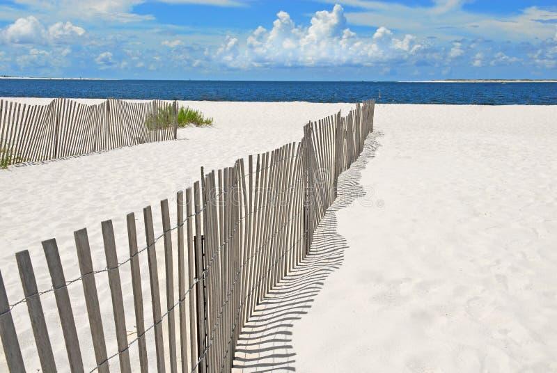 Cercas da duna de areia na praia imagem de stock royalty free