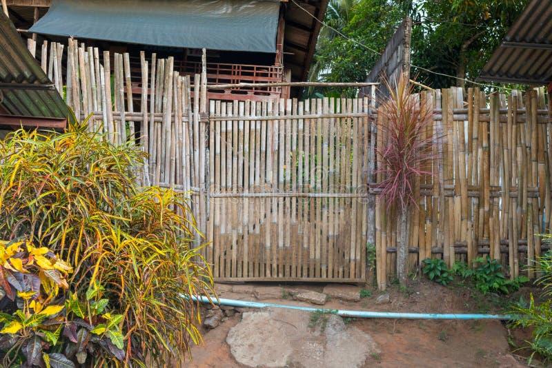 Cercas de bambu na casa local em Kanchanaburi fotografia de stock royalty free