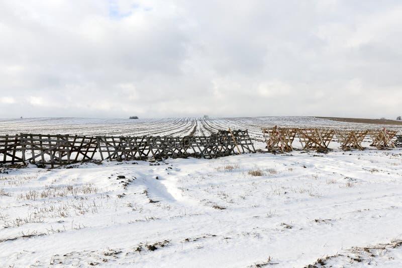 Cercas de madeira no campo imagens de stock royalty free