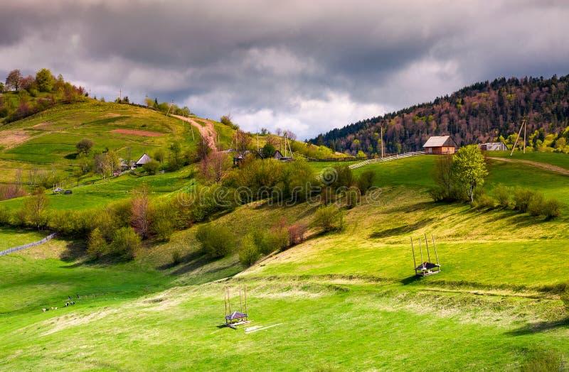 Cercas de madera de la zona rural en las laderas herbosas imagen de archivo libre de regalías