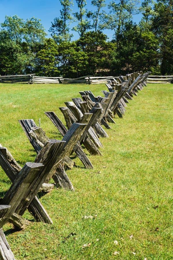 Cercas de trilhos traseiros e empilhados em um campo na montanha Groundhog foto de stock royalty free
