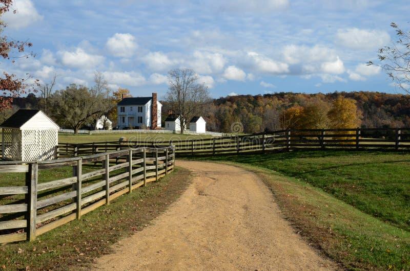 Cercas do separação-trilho e campos de exploração agrícola empilhados - Appomattox, Virgínia foto de stock royalty free