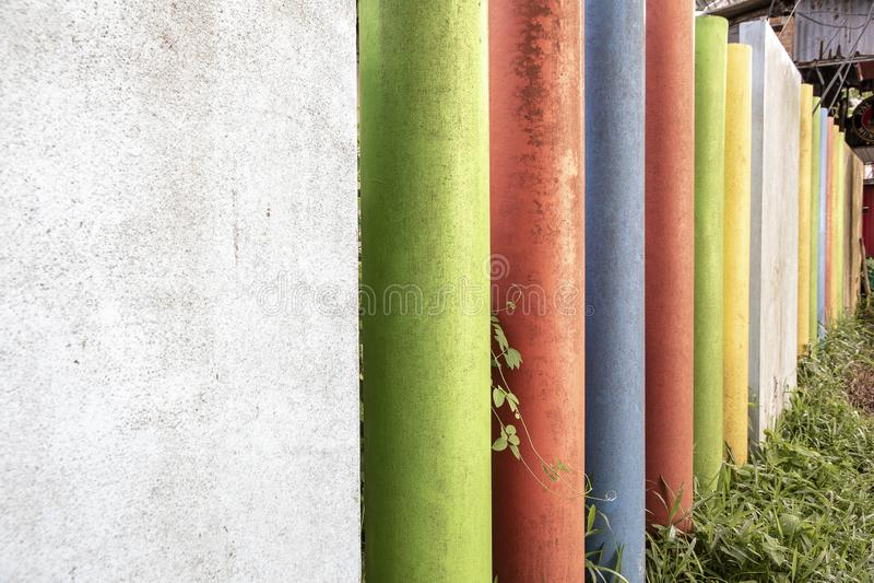 Cercas que utilizan el hormigón redondo con estilos concretos cuadrados y pintan muchos colores fotografía de archivo libre de regalías
