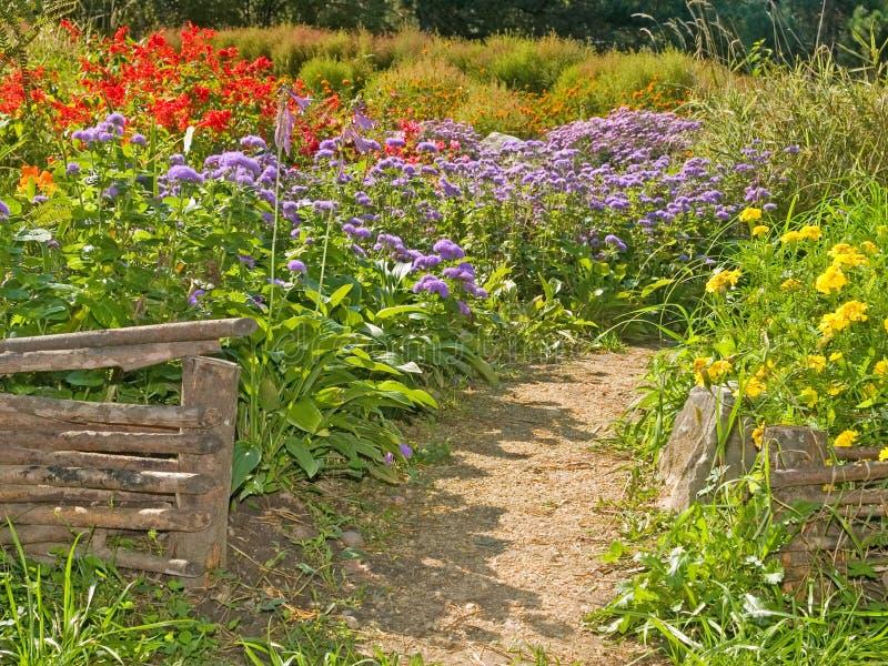 Cercas retros rurais no jardim do país foto de stock royalty free