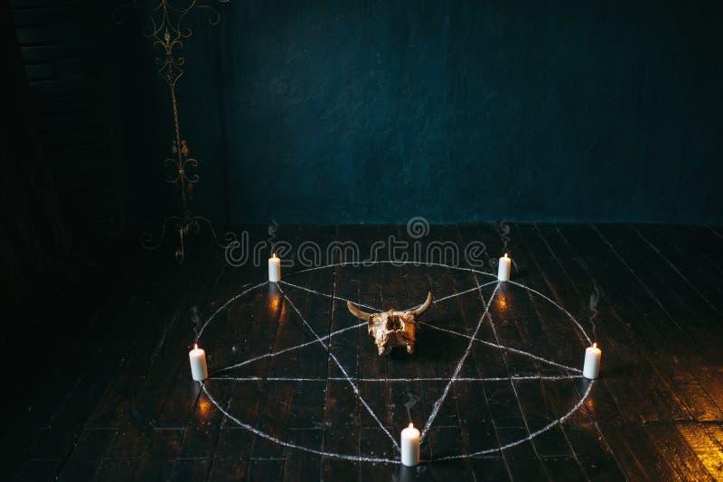 Cerchio del pentagramma con le candele sul pavimento di legno fotografia stock libera da diritti
