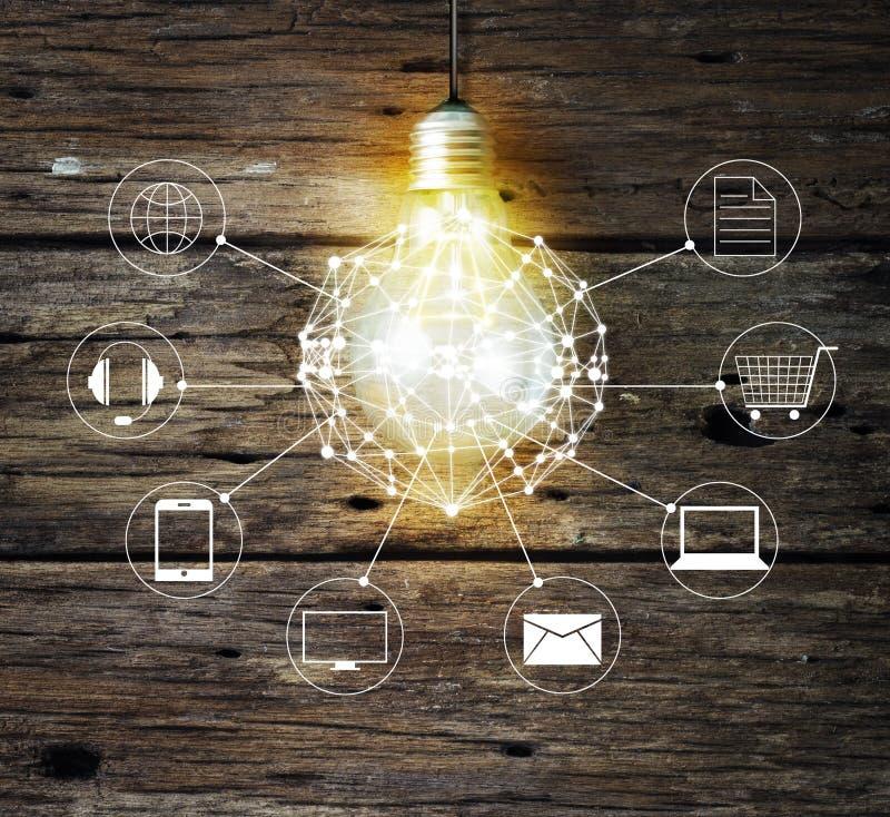 Cerchio della lampadina globale e connessione di rete del cliente dell'icona su fondo di legno fotografia stock libera da diritti