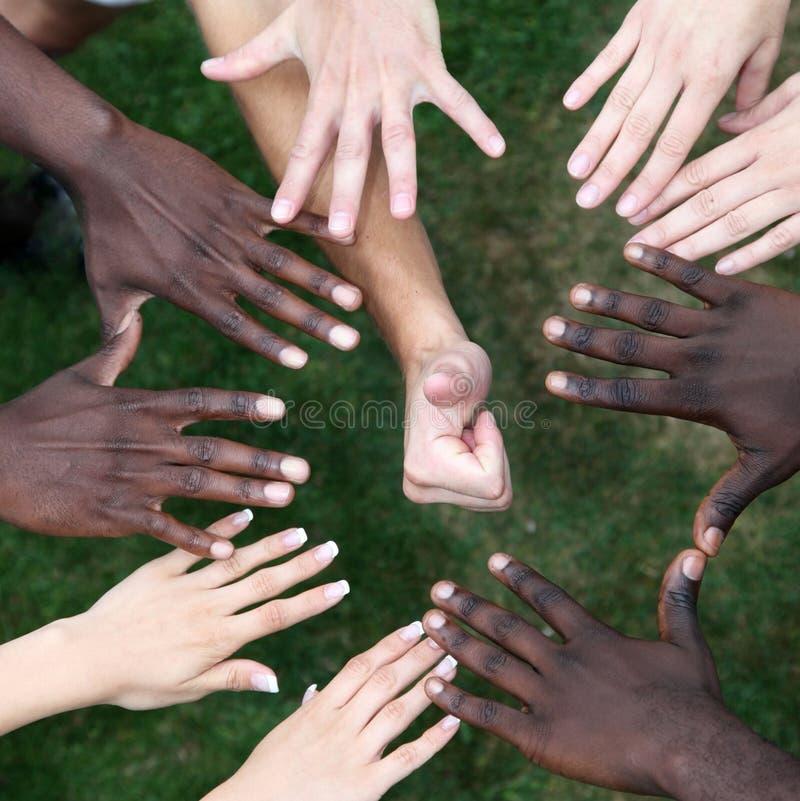 Cerchio delle mani con i giovani immagine stock