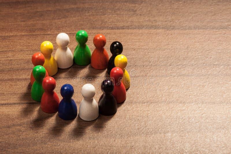 Cerchio di diversità, figurine sulla tavola di legno fotografia stock libera da diritti